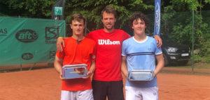 Alexander Hoogmartens, Pierre Yves Bailly en coach Alexander Kneepkens - © Wilson Tennis Academy Genk (Facebook)