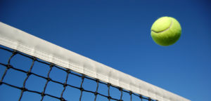 Tennisbal over net - © cscredon (iStock)