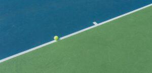 Tennisbaan met bal - © iStock