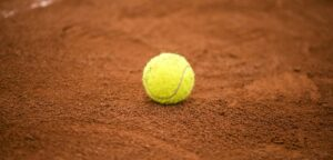 Tennisbal op gravelbaan - © tucko019 (iStock)