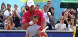 Novak Djokovic en ballenjongen - © Twitter