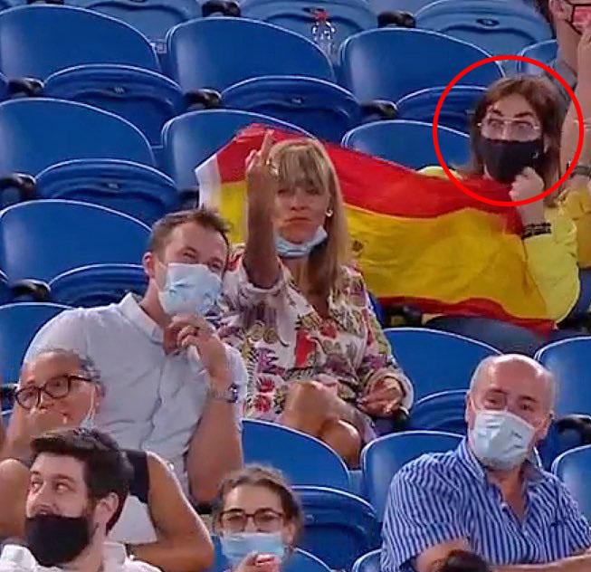 Dronken vrouw geeft middelvinger aan Rafael Nadal - © Twitter